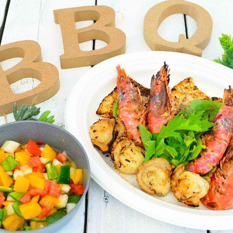 彩りソースの魚介グリルの写真