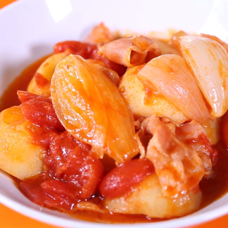 新じゃがのトマト煮込みの写真