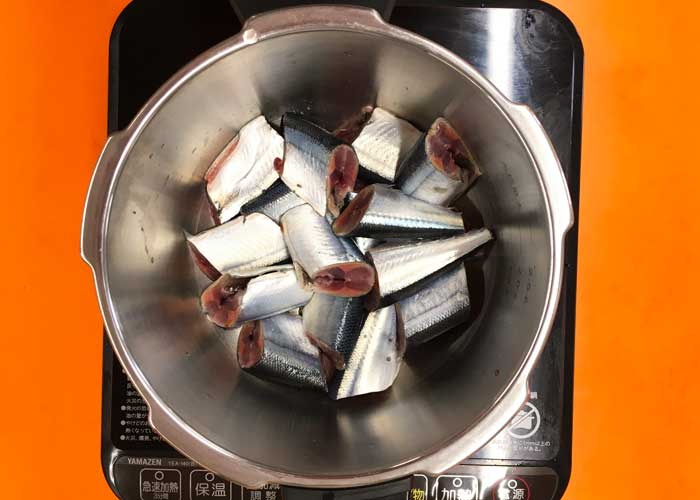 「サンマのやわらか梅煮」の作り方画像 2枚目
