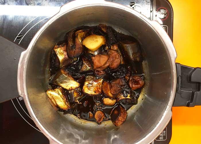 「サンマのやわらか梅煮」の作り方画像 5枚目