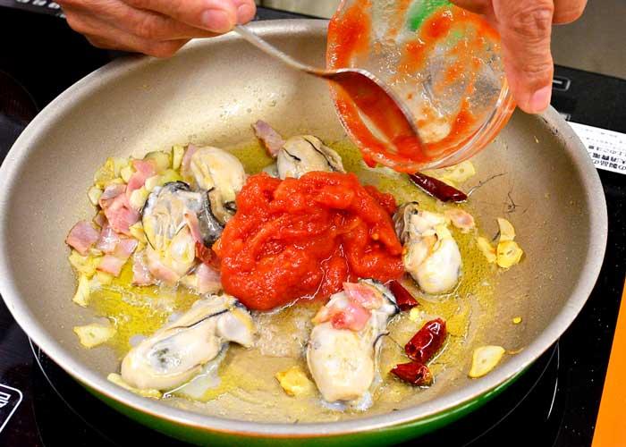 「牡蠣とトマトのアラビアータ」の作り方画像 5枚目