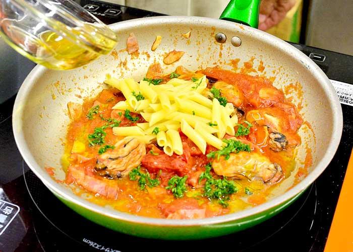 「牡蠣とトマトのアラビアータ」の作り方画像 6枚目
