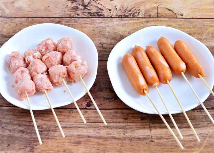 「焼き鳥串で簡単☆ 豚&鶏の贅沢二色串鍋☆」の作り方画像 1枚目