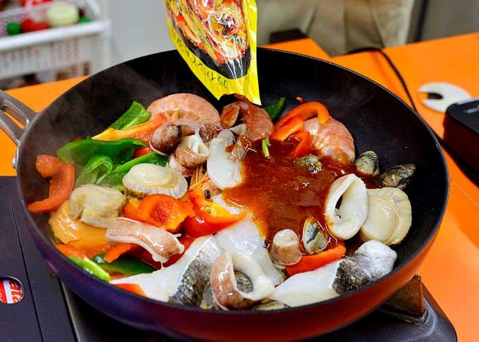 「炊いたご飯で簡単スピーディー☆ 旨味凝縮パエリア」の作り方画像 3枚目