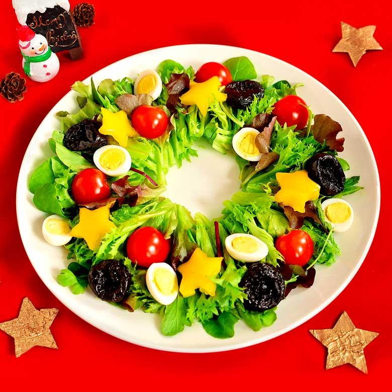 鮮やか! リースサラダの写真