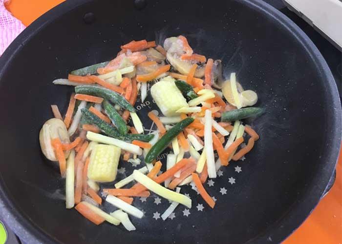 「とろっとおいしい♪ 野菜たっぷりあんかけチャーハン」の作り方画像 3枚目