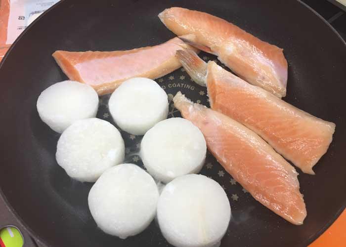 「脂ノリノリで激うま! 鮭ハラスと大根の煮物」の作り方画像 3枚目