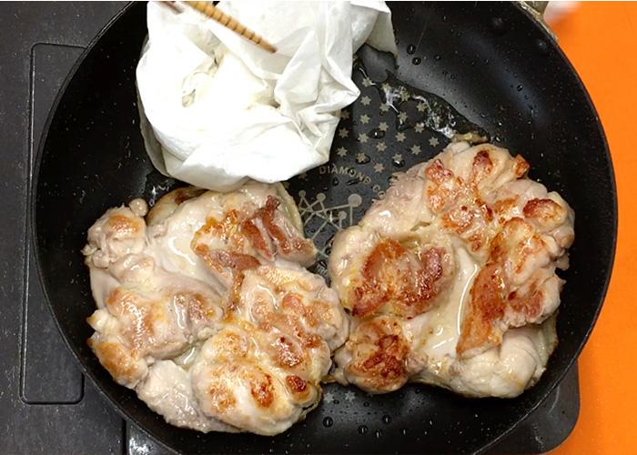 「濃厚ダレで絶品! 鶏もも肉の黒酢テリヤキ」の作り方画像 4枚目
