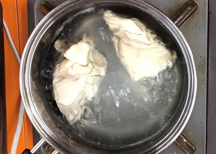 「ピリッとラー油が食をそそる♡ 鶏むね肉のバンバンジー」の作り方画像 2枚目