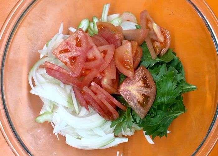 「珍味でサラダ!? 簡単に出来て最高に美味しい! くんさきとセロリのさっぱり和え」の作り方画像 1枚目