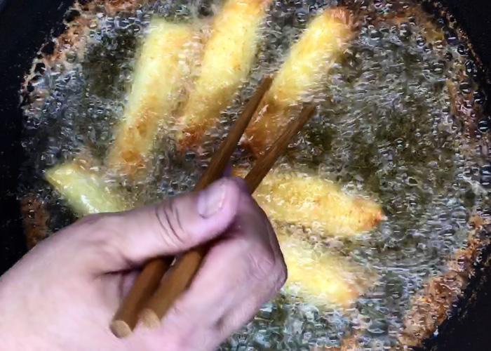 「皮のパリパリ食感が嬉しい♪ ウィンナー春巻き」の作り方画像 4枚目