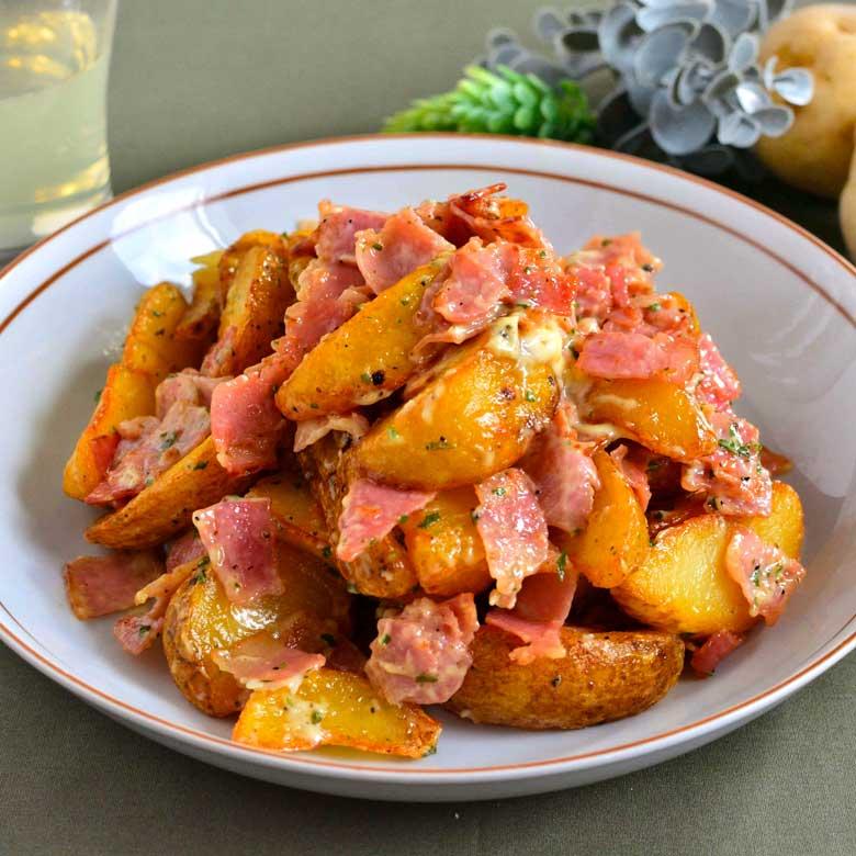 ベーコンたっぷりでボリューミー!カリッと美味しいポテトサラダの写真
