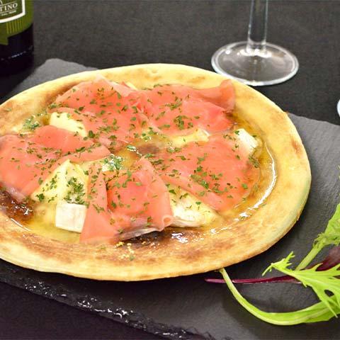 3種のチーズと生ハムのピザ