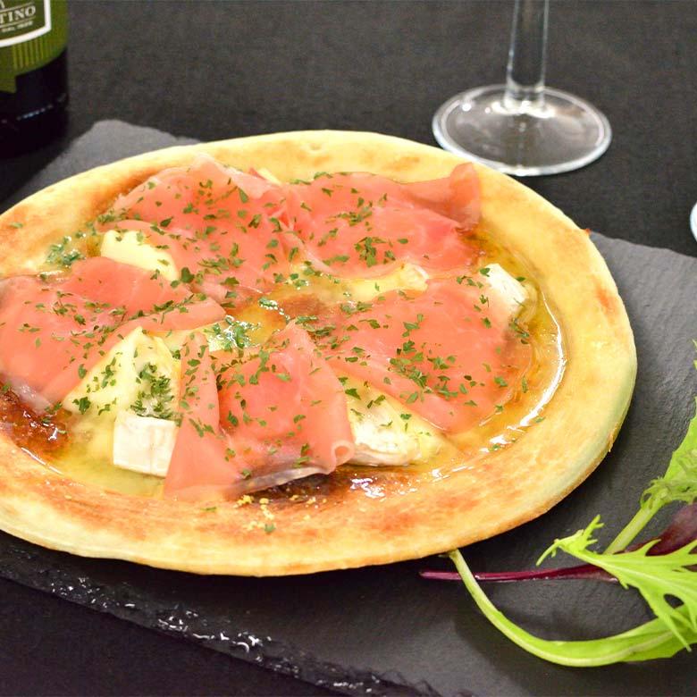 3種のチーズと生ハムのピザの写真