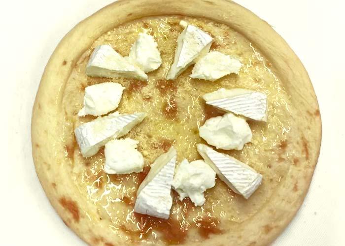 「3種のチーズと生ハムのピザ」の作り方画像 2枚目