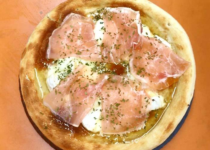 「3種のチーズと生ハムのピザ」の作り方画像 3枚目