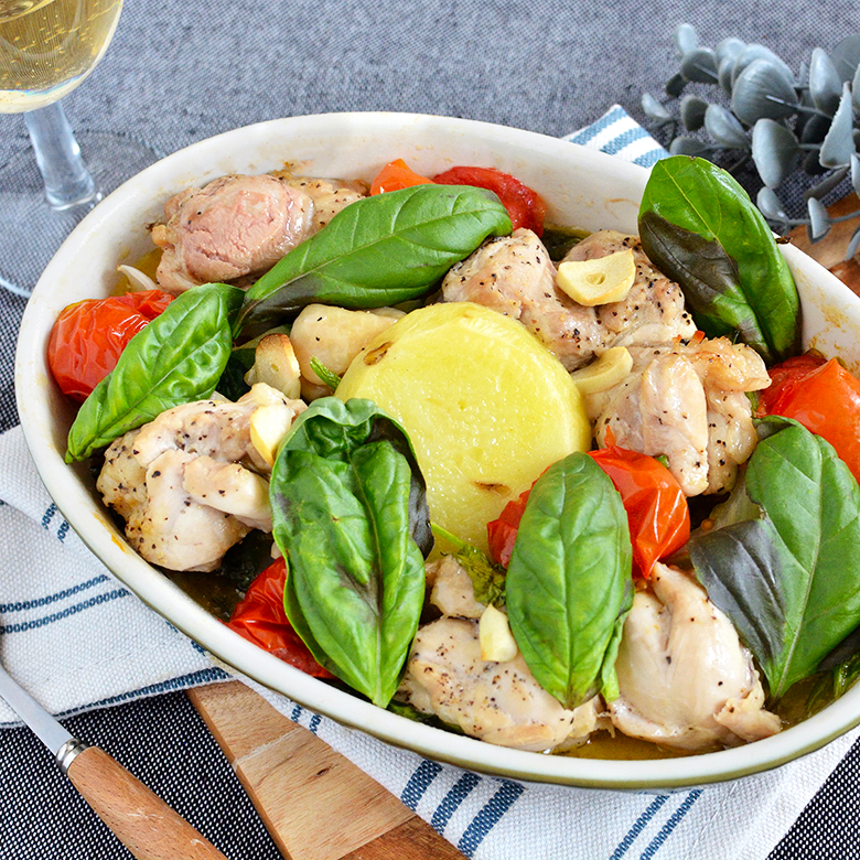 野菜ぎっしり鮮やか!鶏もも肉のバジルトマト焼きの写真