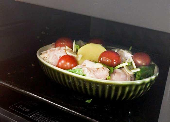 「野菜ぎっしり鮮やか!鶏もも肉のバジルトマト焼き」の作り方画像 5枚目