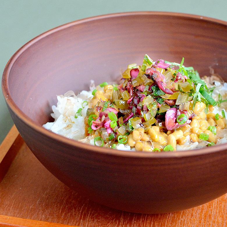 茎めかぶとしば漬けの、具だくさん納豆ご飯の写真