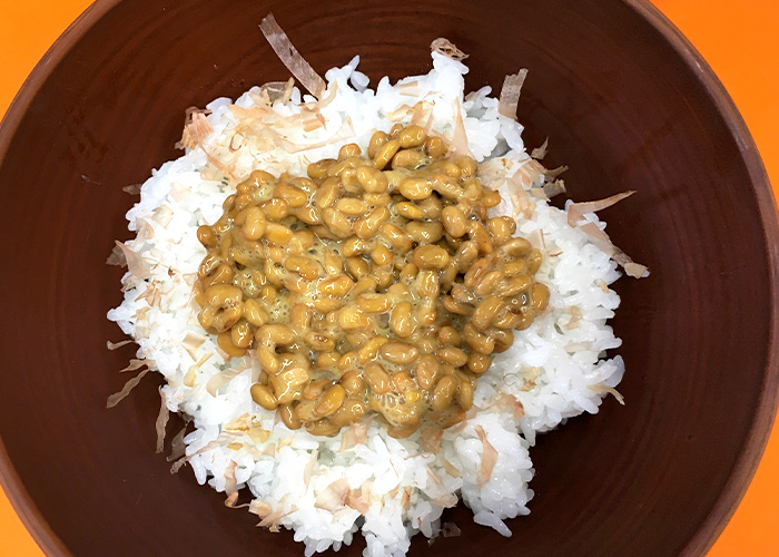 「茎めかぶとしば漬けの、具だくさん納豆ご飯」の作り方画像 3枚目