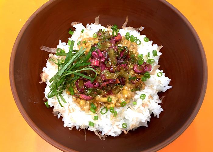 「茎めかぶとしば漬けの、具だくさん納豆ご飯」の作り方画像 4枚目