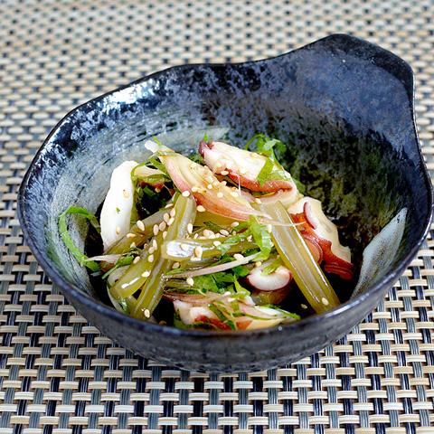 茎めかぶの食感が楽しい、タコときゅうりの和え物