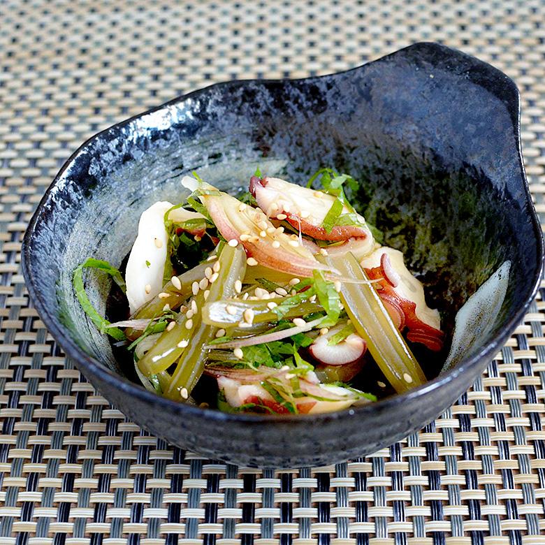 茎めかぶの食感が楽しい、タコときゅうりの和え物の写真