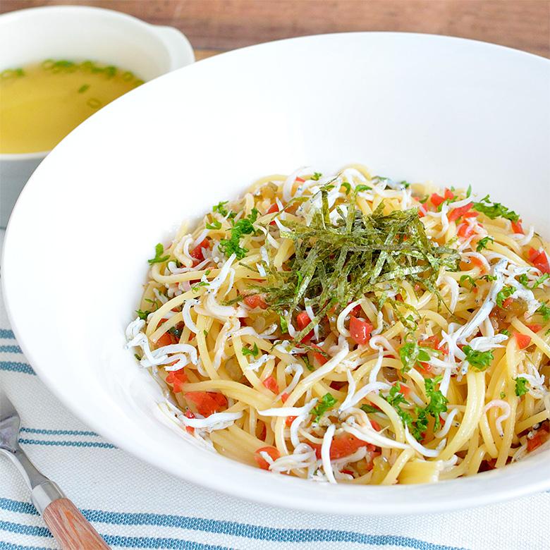 具だくさんで嬉しい! カリカリ梅としらすのスパゲッティの写真