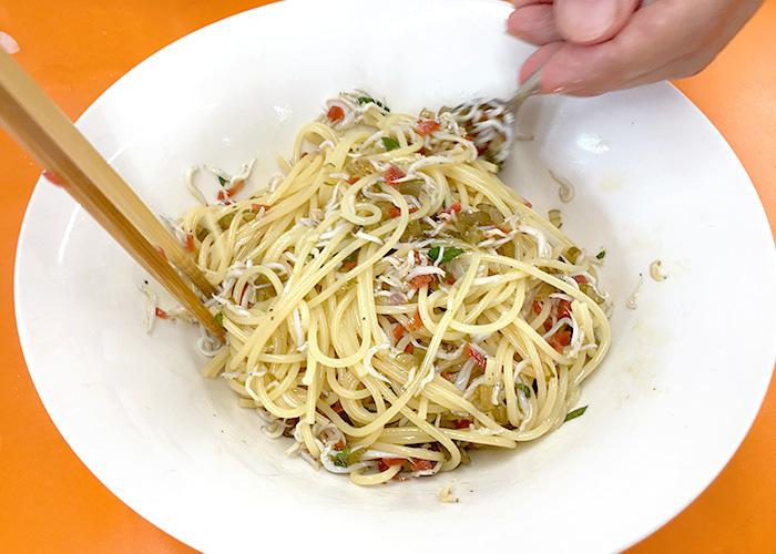 「具だくさんで嬉しい! カリカリ梅としらすのスパゲッティ」の作り方画像 4枚目