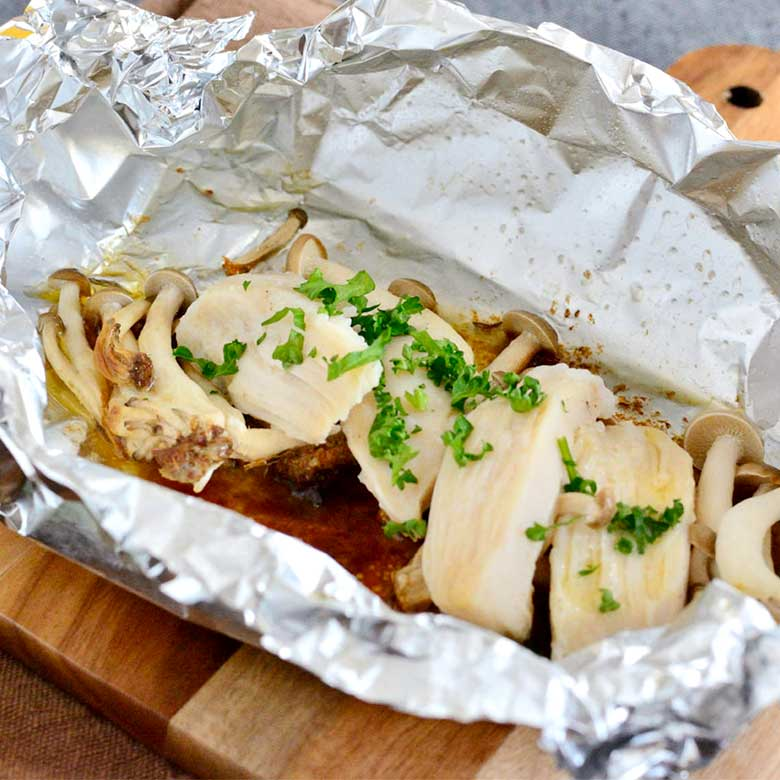 ヘルシー簡単♪サラダチキンとしめじのアルミホイル焼き(バター醤油味)の写真