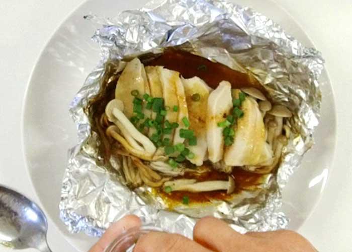 「ヘルシー簡単♪サラダチキンとしめじのアルミホイル焼き(バター醤油味)」の作り方画像 5枚目