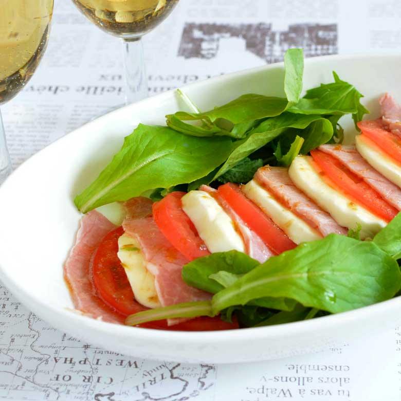 さっぱり食べられてボリューミー!ももハムとトマトとモッツァレラのサラダの写真