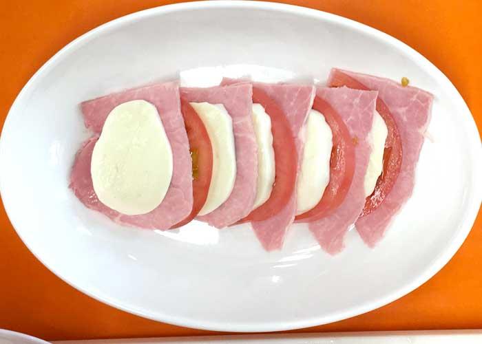 「さっぱり食べられてボリューミー!ももハムとトマトとモッツァレラのサラダ」の作り方画像 2枚目