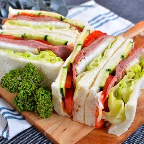 ボリュームたっぷり!ローストビーフのサンドイッチ