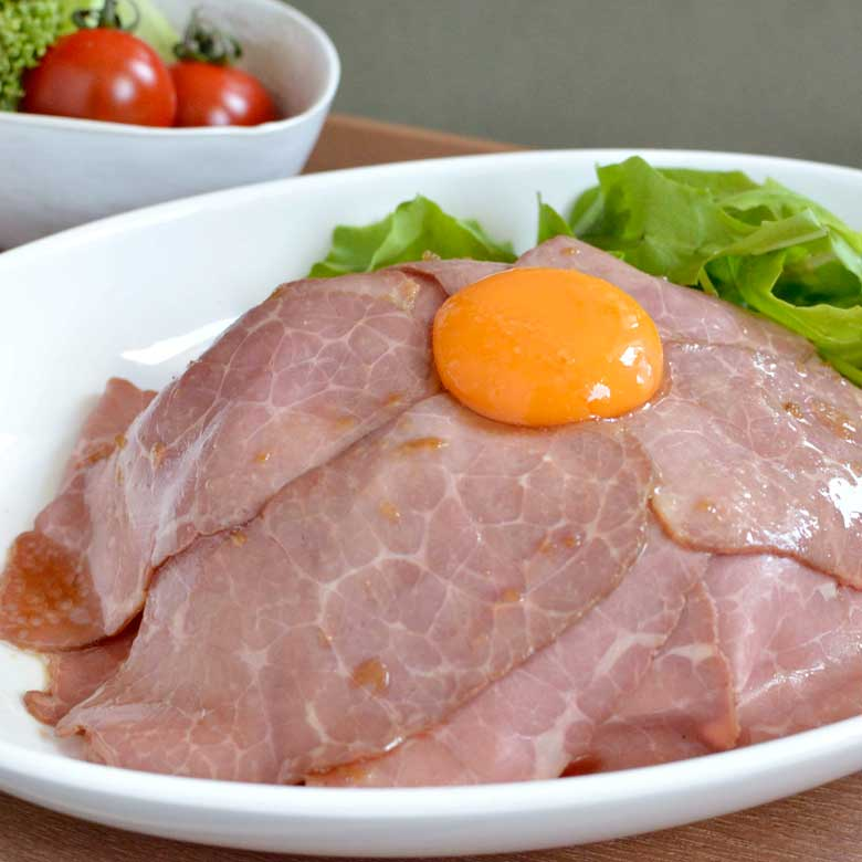 とろ~り卵が絡まる!ローストビーフ丼の写真