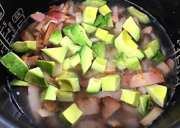 「燻りベーコンとアボカドの炊き込みご飯」の作り方画像 3枚目