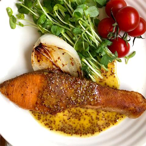 ピリッと美味しい!鮭の粗挽きマスタードソース添え
