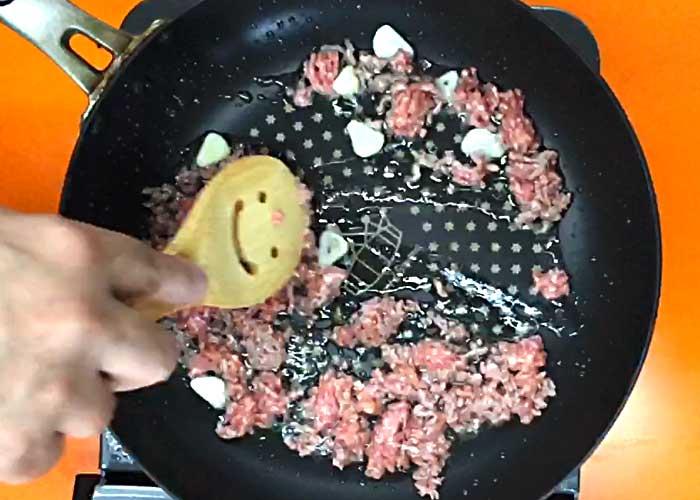 「ナスがじゅわ旨!合挽き肉のボロネーゼご飯」の作り方画像 2枚目