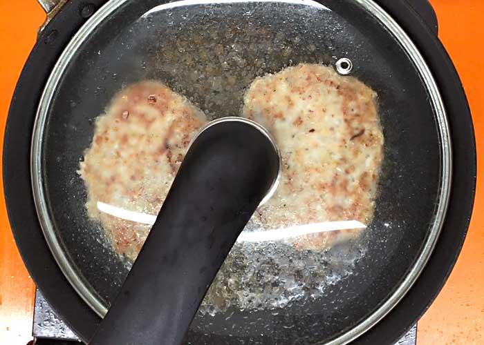 「ふっくら美味しい!鶏ひき肉のマヨネーズハンバーグ」の作り方画像 3枚目