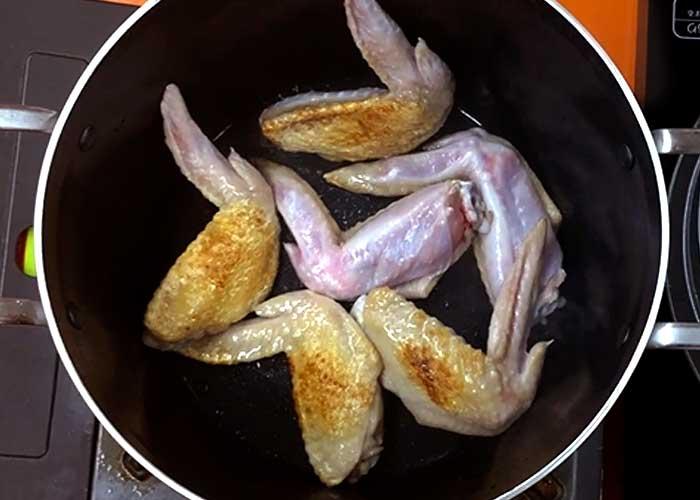 「鶏の旨味たっぷり!手羽先のあっさりスープ」の作り方画像 2枚目